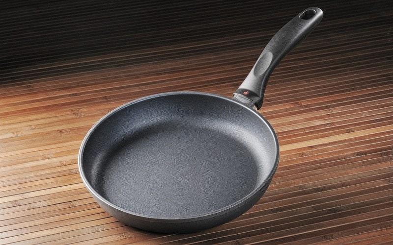 Как почистить тефлоновую сковороду от нагара в домашних условиях
