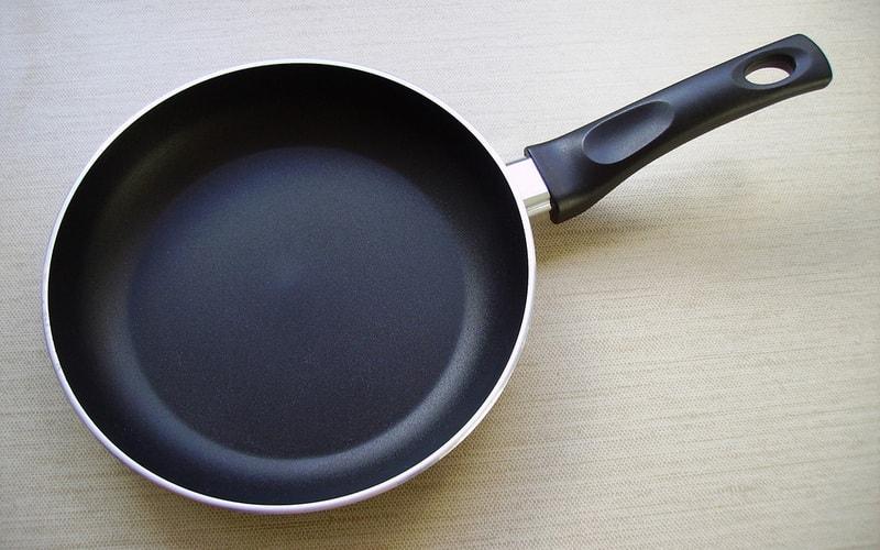 Очистка тефлоновой сковороды от нагара внутри