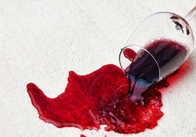 Как вывести свежее пятно от красного вина
