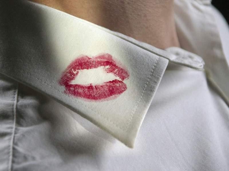 Как отстирать губную помаду с одежды