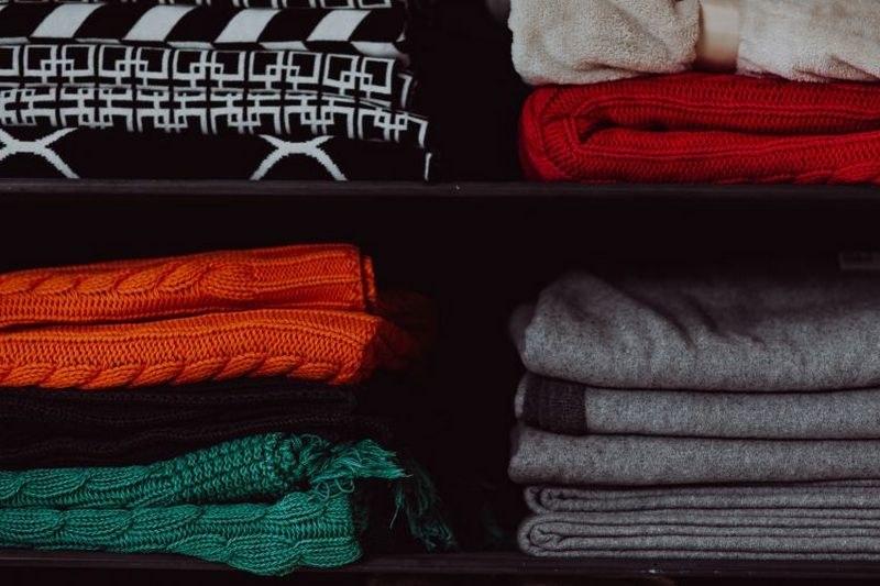 Как вывести запах в шкафу с одеждой