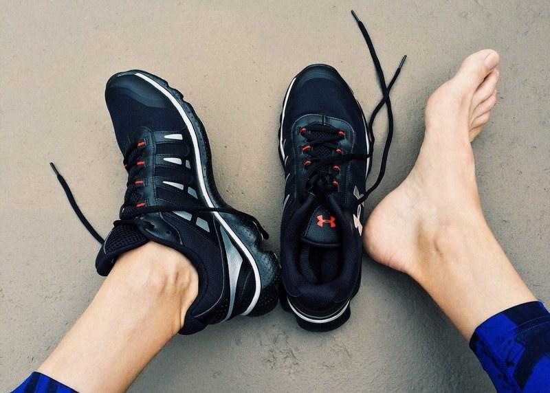 Убрать запах пота в кроссовках